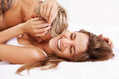 Lykkelige par snakker og har samleie