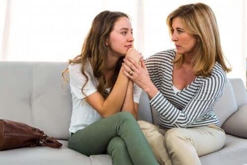 mor snakker med datter om gruppepress