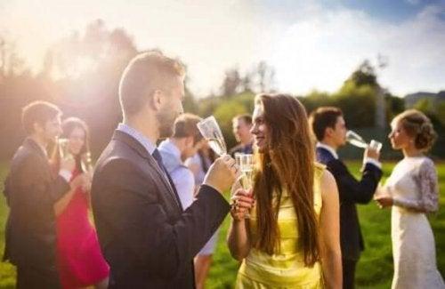 Reduser antall gjester for et bryllup på budsjett