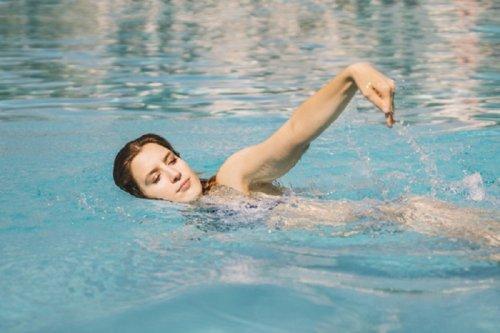Kvinne som svømmer