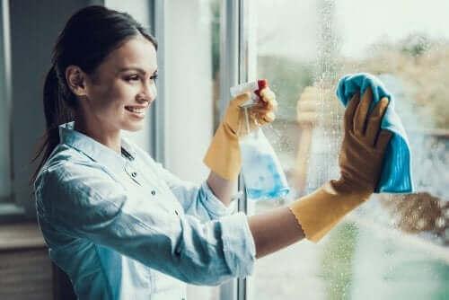 Kvinne vasker vinduer