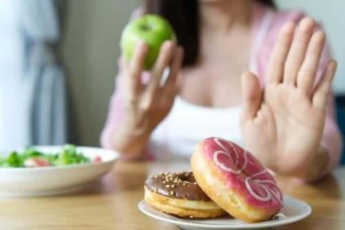 Kvinne velger sunn mat