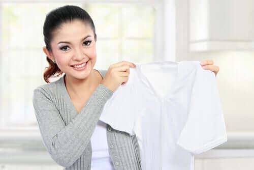 Kvinne vasker klær