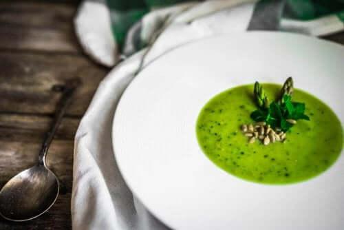En velsmakende oppskrift på asparges-gazpacho
