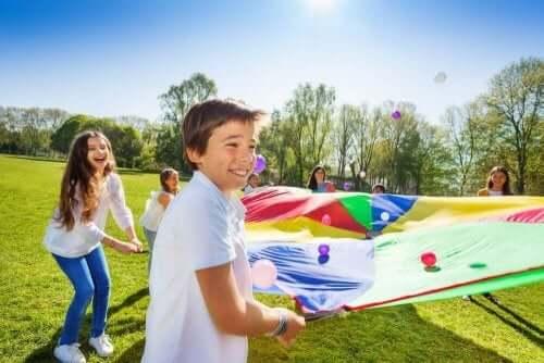 Barn som liker å leke utendørs.