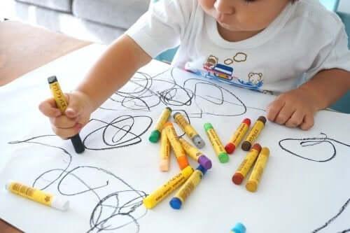 En liten gutt tegner.
