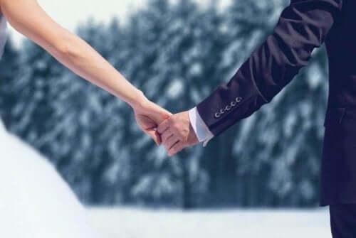 Bryllupspar holder hender