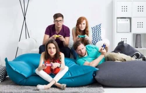 Familie som spiller videospill.