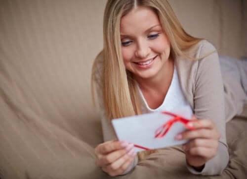 Send et kjærlighetsbrev til partneren din i et langdistanseforhold.