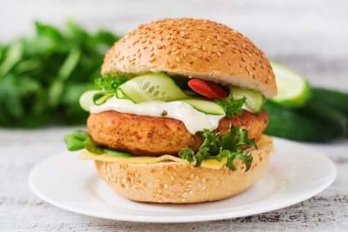 En deilig kyllingburger som er full av proteiner