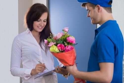 Selv om du er i et langdistanseforhold betyr det ikke at du ikke kan overraske partneren din.