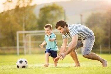 Sønn og far spiller fotball
