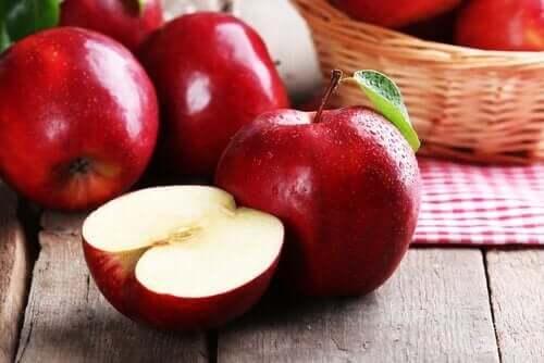 Pass på at du beholder skallet på røde epler når du lager juice.