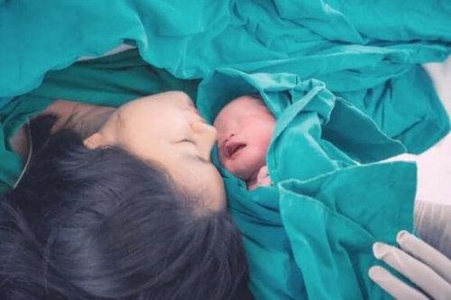 Mor og nyfødt baby