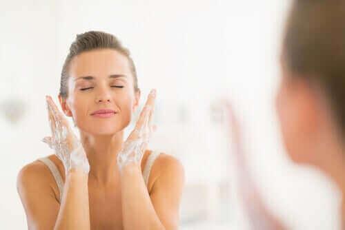 Kvinne renser ansiktet