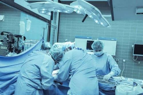Leger opererer pasient