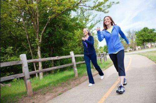To kvinner går seg en tur