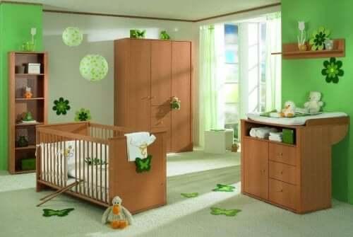 De beste fargene for et barns soverom: en barnehage dekorert med grønne toner og tremøbler.