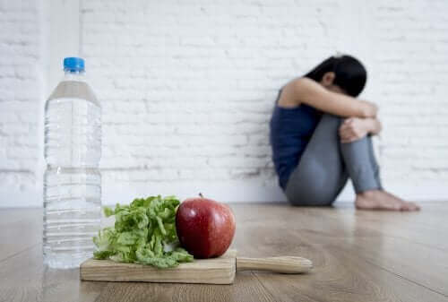 Deprimert kvinne med vann og mat