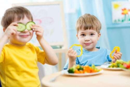 Ditt barns kosthold: To gutter som spiser agurker og paprika.