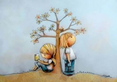 Lære å lese i en tidlig alder: En tegning av to barn som lener seg mot et tre.