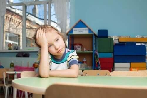 En jente som er opprørt, kanskje hun er overbelastet med aktiviteter og har ikke tid til å leke.