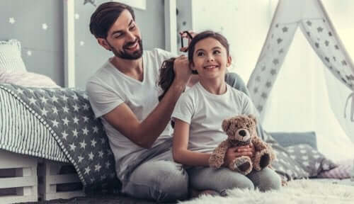 En mann som ordner håret til ei jente