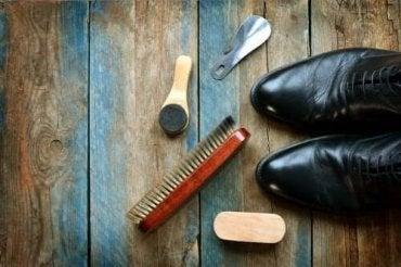 Oppdag hvordan du kan rengjøre skinnsko: 5 nyttige tips