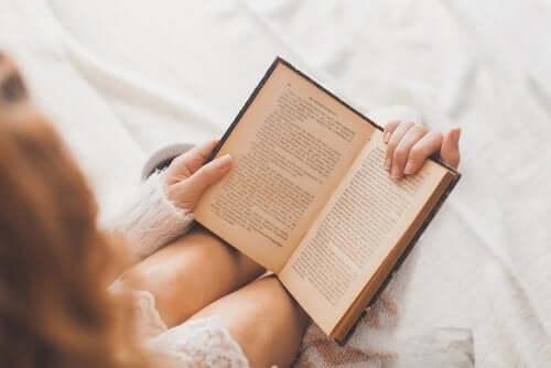 Kvinne som leser bok