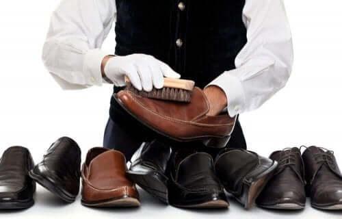 Profesjonell skomaker med mange par rene skinnsko