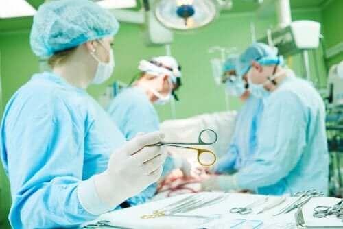 Sykepleiere som behandler med mekanisk ventilasjon i et operasjonsrom