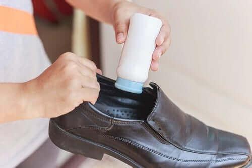 Talkumspulver i skoene