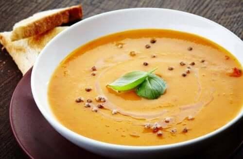 en tallerken med varm suppe