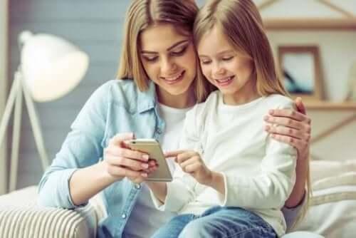 Fordeler og ulemper ved at barn bruker smarttelefoner