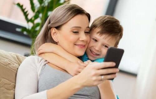 barn bruker smarttelefoner