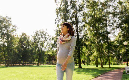 Gravid kvinne går tur