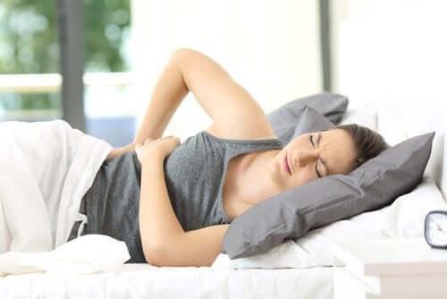 Kvinne med sterke ryggsmerter