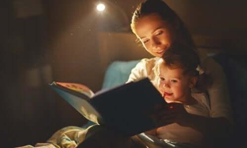 Mor og barn leser en bok