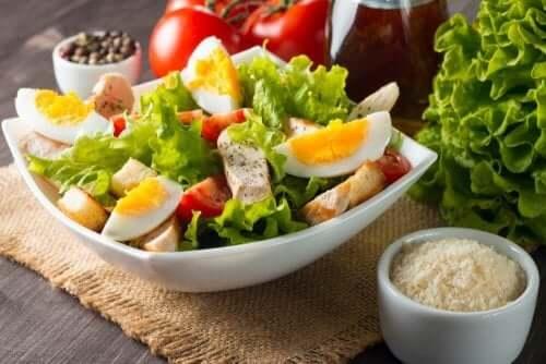 Blandede salater: salat, egg, tunfisk og tomatsalat.