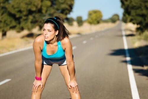 En kvinne som tar en pause fra å jogge.