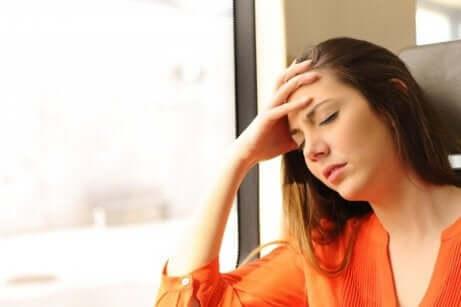 En svimmel kvinne på grunn av åreknuter i spiserøret.