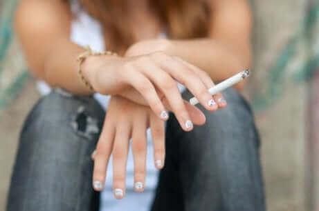 En tenåring røyker.