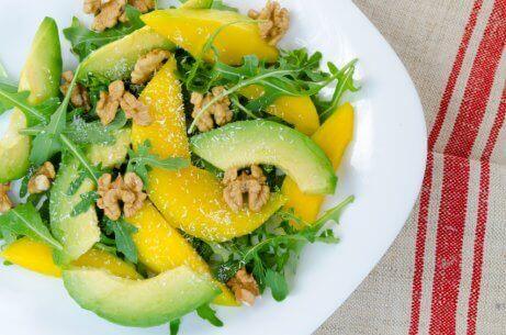 Salat med mango og basilikum