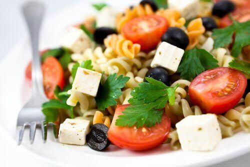 Vegetariansk pastasalat.
