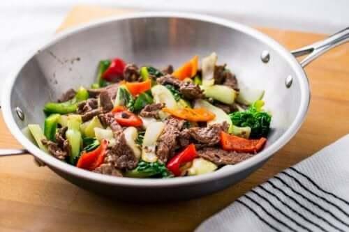 Dersom du har en wokpanne, kan du bruke det for å lage en mer tradisjonell og sunn versjon av denne oppskriften.