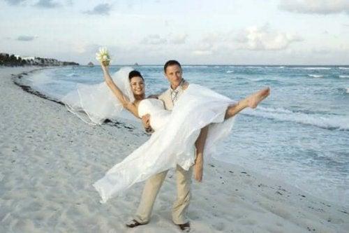 Brudepar på stranden.