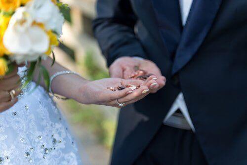 Som mange andre bryllupstradisjoner er fellesskapsmynter en representasjon på en delt fremtid.