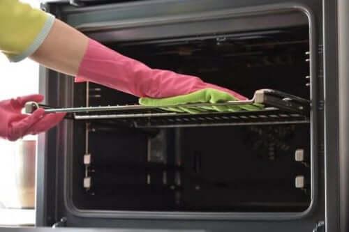 Syv måter å rengjøre ovnsbrettene dine på