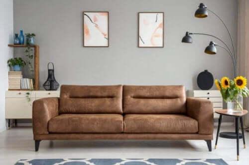 Å holde veggene tomme kan være en måte å forenkle hjemmet med minimalisme.