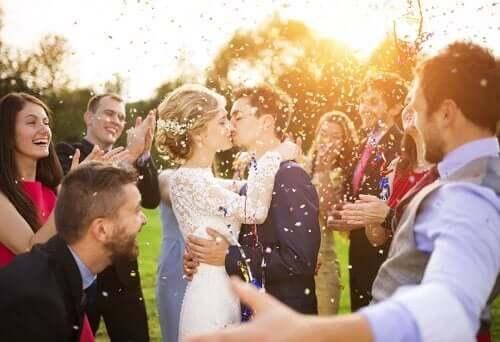 Nygift par med forlovere og brudepiker.